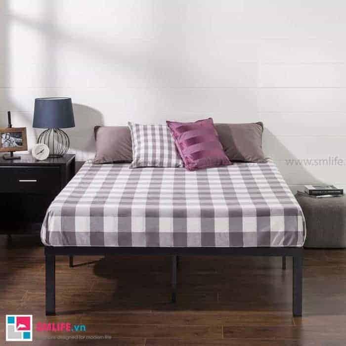 Giường ngủ sắt lắp ráp cùng với đệm caro mang lại vẻ đẹp cổ điển