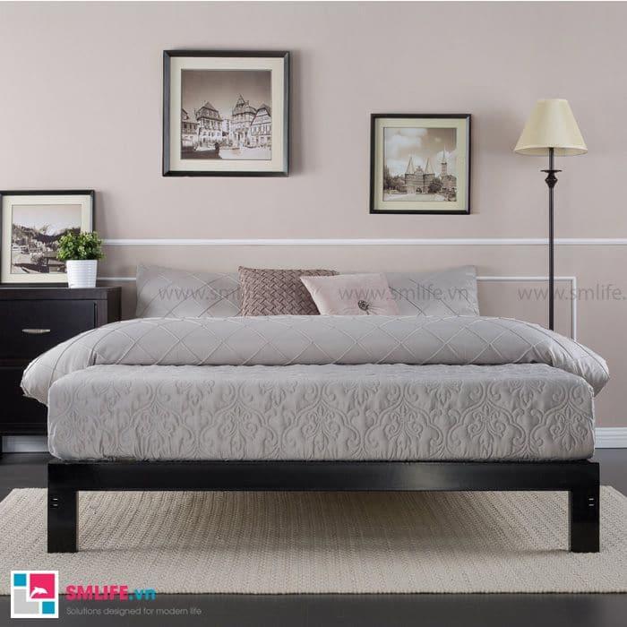 Phòng ngủ sang trọng với vài bức tranh cùng tấm đệm dày màu xám thiết kế trang nhã