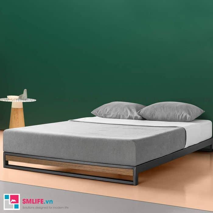 Chiếc giường sắt lắp ráp với loại chân khác cùng màu xám trang nhã của đệm