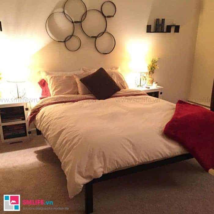 Không gian ấm áp cùng chiếc giường màu trắng tinh khôi và đèn vàng mờ ảo
