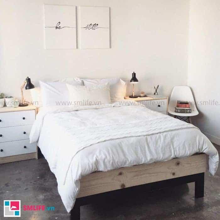 Giường ngủ lắp ráp bằng sắt được tô điểm thêm bởi miếng gỗ phía chân giường