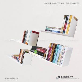 Kệ sách xéo của SMLIFE mang đến điểm nhấn nổi bật cho phòng đọc sách hay phòng khách của bạn. Kệ sách xéo SMLIFE bằng thép chắc chắn vừa sử dụng như kệ sách hay kệ trang trí trưng bày đồ lưu niệm gọn gàng và thanh lịch.